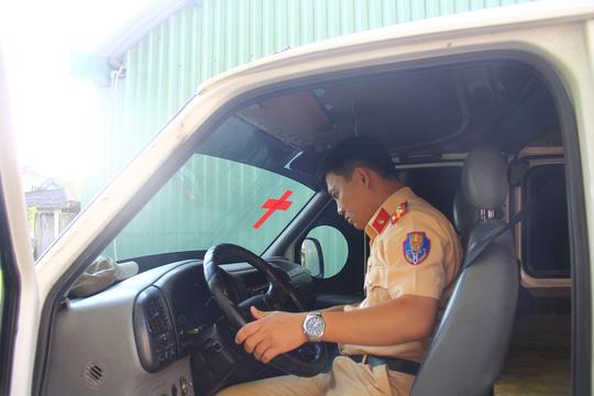 Xe khách ngụy trang xe cấp cứu chở đầy gỗ lậu - 1