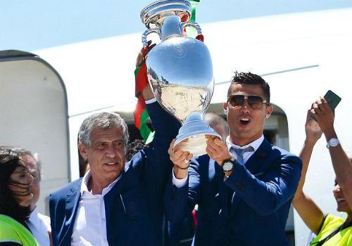 HLV xuất sắc nhất FIFA: Ronaldo bỏ Zidane, chọn Santos - 2