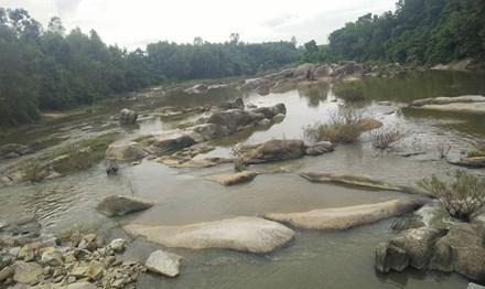 Kinh hãi phát hiện thi thể nam thanh niên trôi trên sông - 1