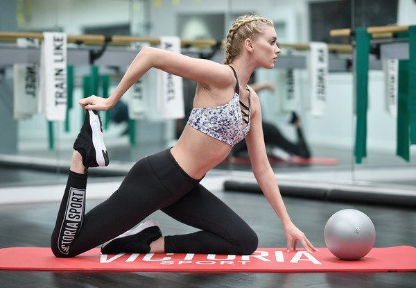 Loạt ảnh tập gym nóng bỏng của thiên thần Victoria's Secret - 1
