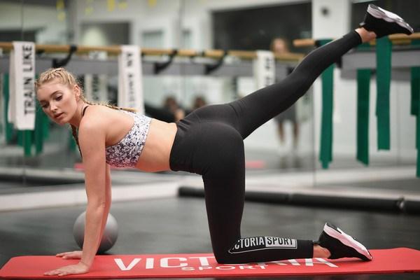 Loạt ảnh tập gym nóng bỏng của thiên thần Victoria's Secret - 6