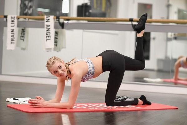Loạt ảnh tập gym nóng bỏng của thiên thần Victoria's Secret - 10