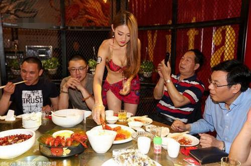 """TQ: Người đẹp bikini khiến quán ăn """"cháy chỗ"""" - 9"""