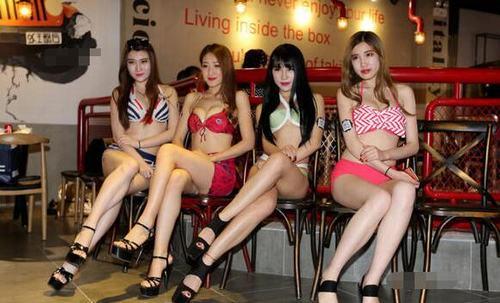 """TQ: Người đẹp bikini khiến quán ăn """"cháy chỗ"""" - 6"""