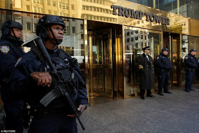 Nơi ở của Trump bỗng dày đặc mật vụ, xe tải bảo vệ - 4