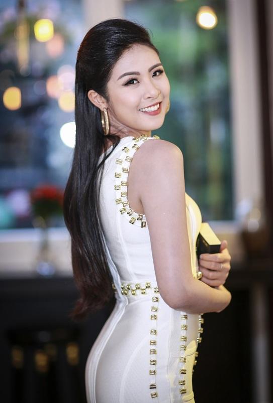 Hoa hậu Ngọc Hân thả dáng với áo váy ôm sát gợi cảm - 1