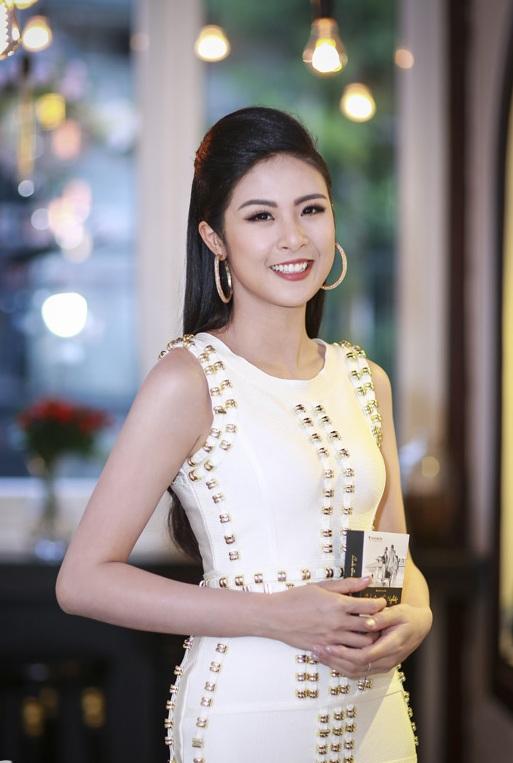 Hoa hậu Ngọc Hân thả dáng với áo váy ôm sát gợi cảm - 4