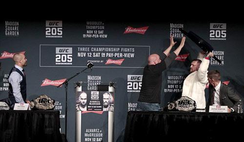 """Bị chơi xỏ: """"Gã điên UFC"""" vác ghế ném đối thủ - 4"""