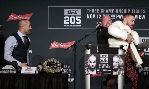 """Bị chơi xỏ: """"Gã điên UFC"""" vác ghế ném đối thủ - 5"""