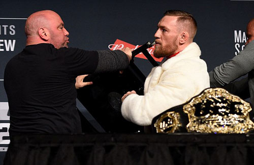 """Bị chơi xỏ: """"Gã điên UFC"""" vác ghế ném đối thủ - 1"""