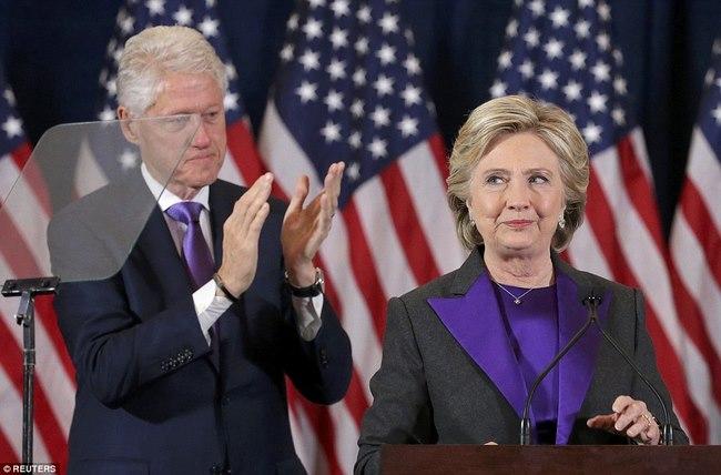 Bà Clinton bị bắt gặp cùng chồng đi dạo nơi vắng vẻ - 2