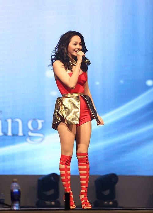 Fan ngây ngất trước loạt đầm diễn siêu ngắn của Minh Hằng - 5