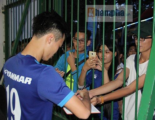 """""""Soái ca"""" tuyển Việt Nam """"hút hồn"""" fan nữ miền Tây - 12"""