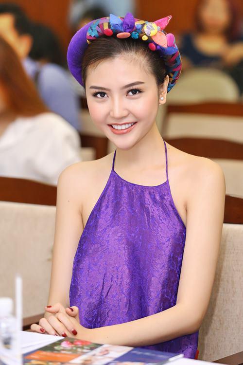 Nữ hoàng sắc đẹp Ngọc Duyên gợi cảm với váy cổ yếm - 1