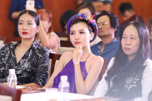 Nữ hoàng sắc đẹp Ngọc Duyên gợi cảm với váy cổ yếm - 7