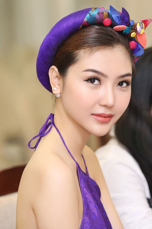 Nữ hoàng sắc đẹp Ngọc Duyên gợi cảm với váy cổ yếm - 2