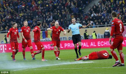 Vòng loại World Cup: Sao Bayern hứng pháo sáng, CĐV ẩu đả đẫm máu - 4