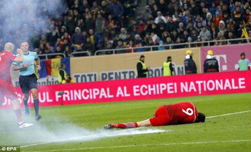 Vòng loại World Cup: Sao Bayern hứng pháo sáng, CĐV ẩu đả đẫm máu - 3