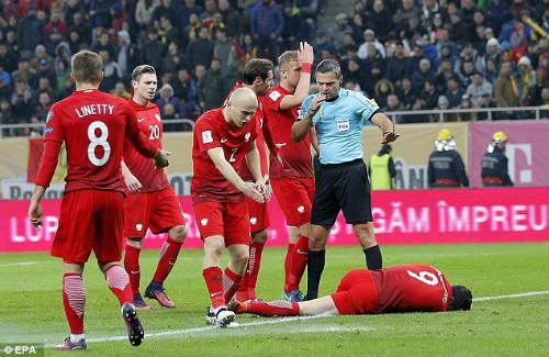 Vòng loại World Cup: Sao Bayern hứng pháo sáng, CĐV ẩu đả đẫm máu - 5