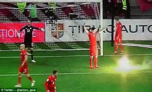 Vòng loại World Cup: Sao Bayern hứng pháo sáng, CĐV ẩu đả đẫm máu - 1