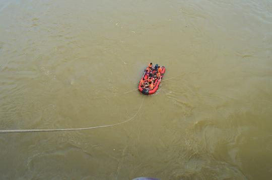 Người đàn ông để ô tô trên cầu nhảy sông tự tử - 1