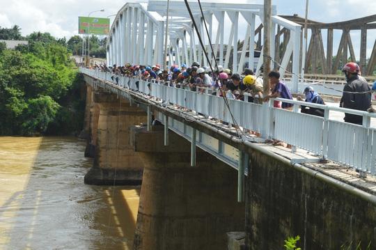 Người đàn ông để ô tô trên cầu nhảy sông tự tử - 3