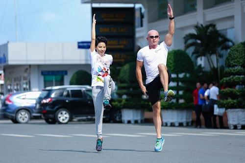 Phạm Hương khoe vòng eo con kiến - 11