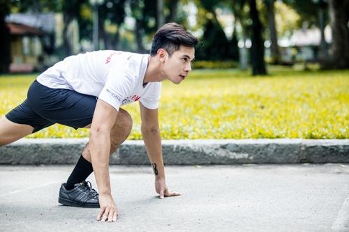 Phạm Hương khoe vòng eo con kiến - 12