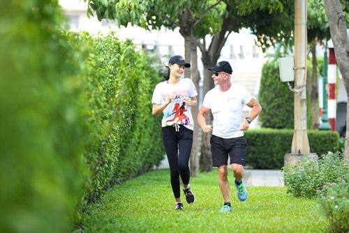 Phạm Hương khoe vòng eo con kiến - 13