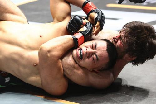 """""""Độc cô cầu bại"""" MMA: 15 trận, 9 lần khóa cổ đối thủ - 1"""