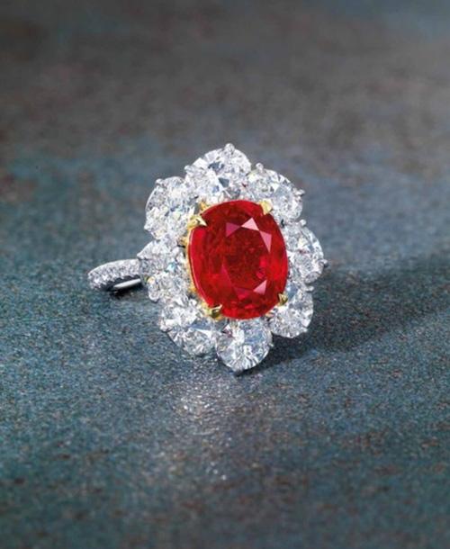"""Nhẫn kim cương đính hồng ngọc """"huyết bồ câu"""" giá 283 tỉ đồng - 2"""