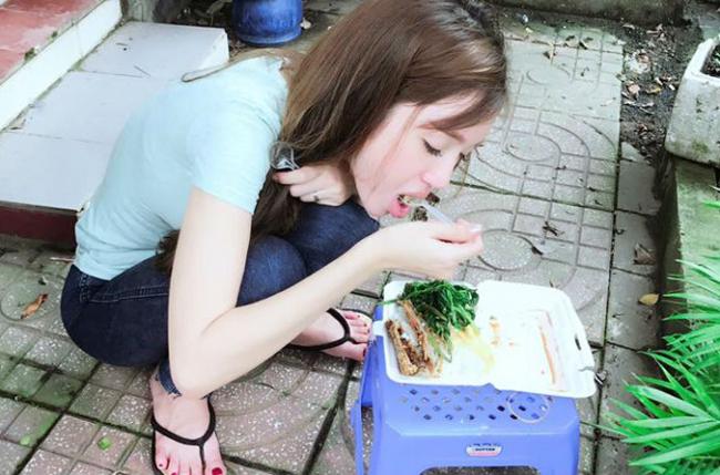 """Mỹ nhân Việt khiến dân tình """"đứng hình"""" với ảnh ăn lề đường - 1"""