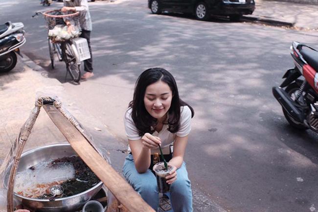 """Mỹ nhân Việt khiến dân tình """"đứng hình"""" với ảnh ăn lề đường - 3"""