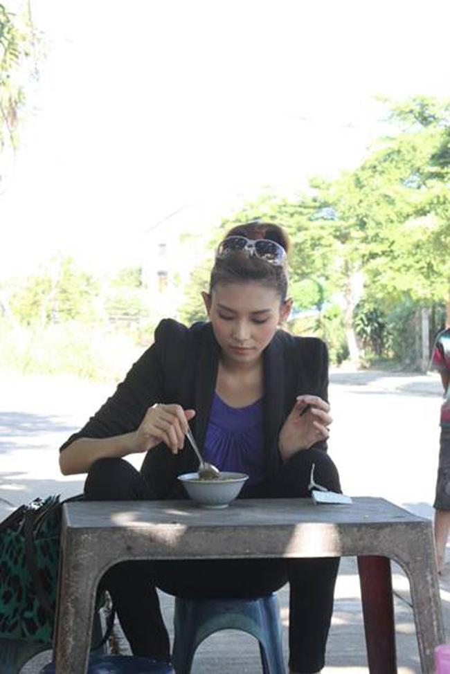 """Mỹ nhân Việt khiến dân tình """"đứng hình"""" với ảnh ăn lề đường - 15"""