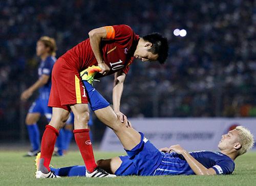 HLV Hữu Thắng hành động bất ngờ khiến đội Nhật vị nể - 8