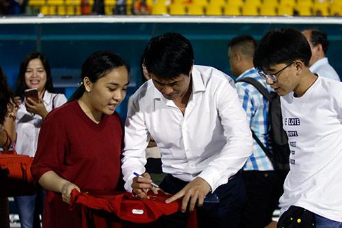 HLV Hữu Thắng hành động bất ngờ khiến đội Nhật vị nể - 10
