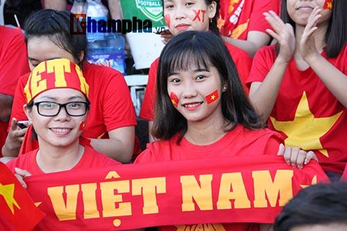 Người đẹp miền Tây cháy hết mình cổ vũ ĐT Việt Nam - 5