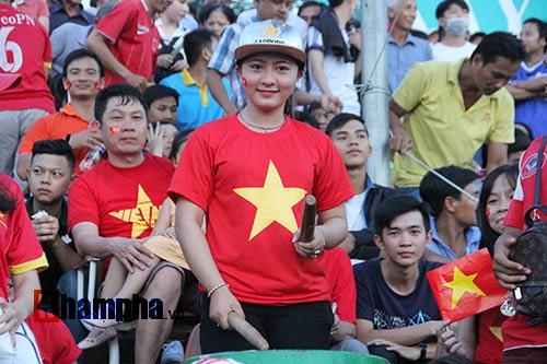 Người đẹp miền Tây cháy hết mình cổ vũ ĐT Việt Nam - 6
