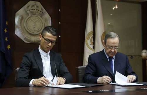 Đeo kính ký hợp đồng tỷ đô, Ronaldo có thể bị phạt - 1