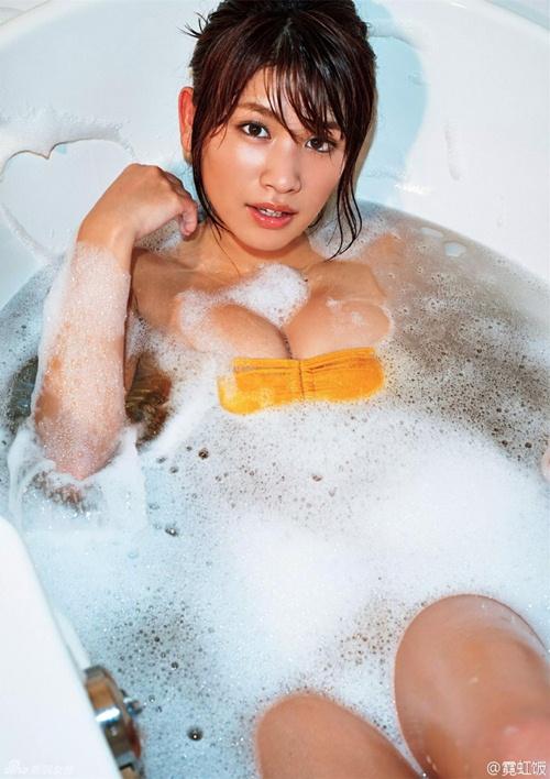 Hot girl Nhật diện áo truyền thống khoe nội y gây tranh cãi - 7