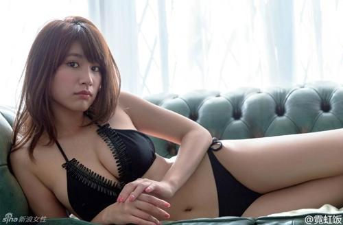 Hot girl Nhật diện áo truyền thống khoe nội y gây tranh cãi - 13