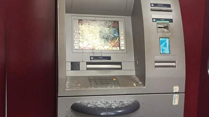 Ngáo đá, người đàn ông đập hỏng 2 cây ATM trong đêm - 1