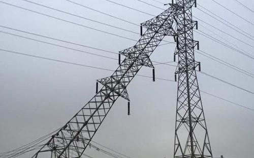 Hải Phòng mất điện diện rộng do cột điện cao thế đổ nghiêng - 1