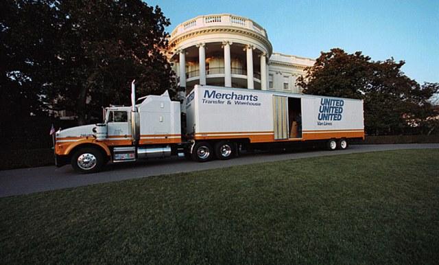 Ông Trump sẽ phải trả tiền chuyển đồ vào Nhà Trắng - 1