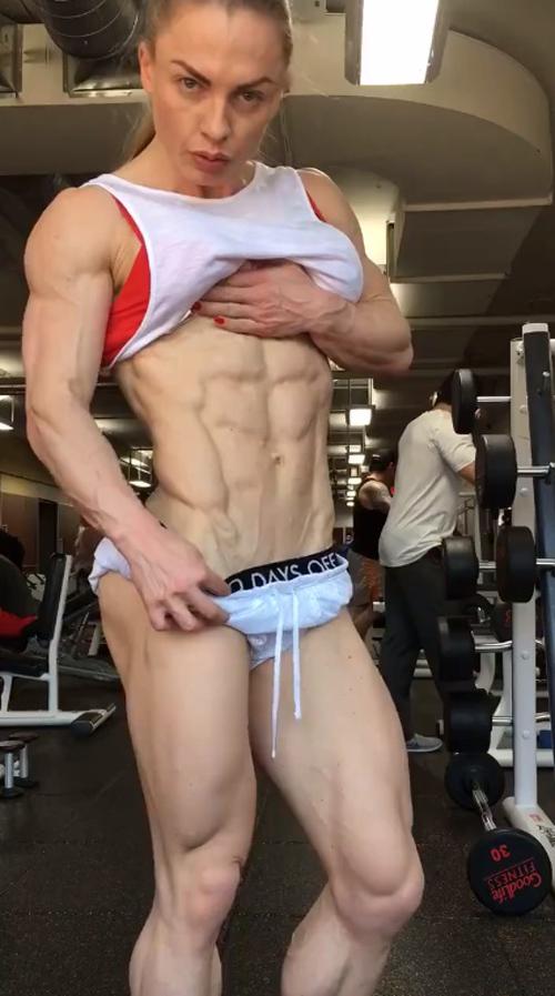 Xôn xao clip cô gái tập gym đạt đến cảnh giới khó tin - 1