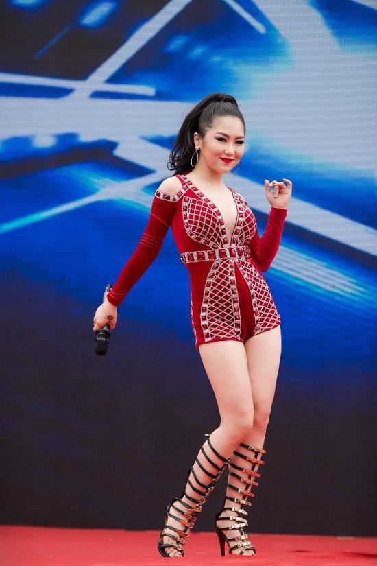 Hương Tràm diện váy siêu ngắn khiến fan đứng ngồi không yên - 8