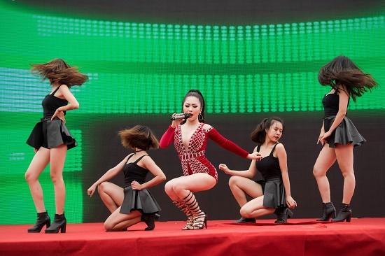 Hương Tràm diện váy siêu ngắn khiến fan đứng ngồi không yên - 9