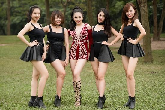 Hương Tràm diện váy siêu ngắn khiến fan đứng ngồi không yên - 13