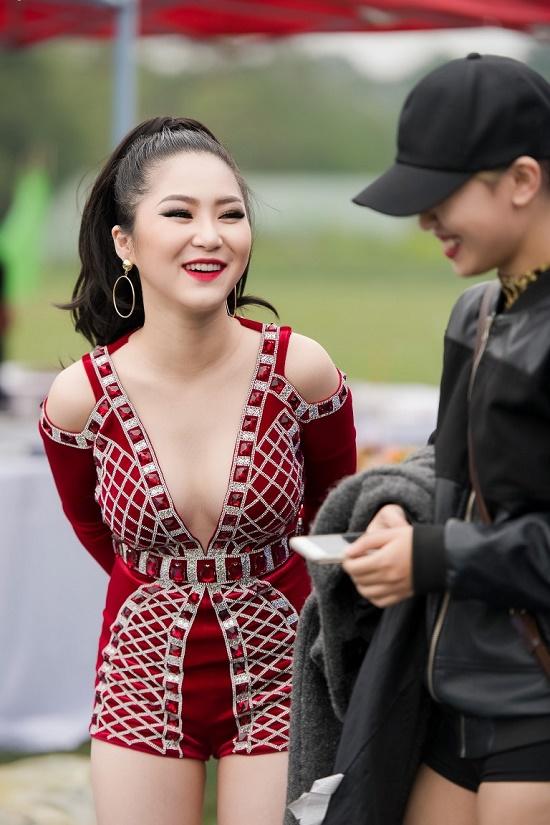 Hương Tràm diện váy siêu ngắn khiến fan đứng ngồi không yên - 12