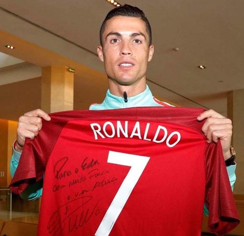 Ronaldo mặc quần lót, im như tượng theo thử thách lạ - 2